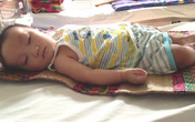 Đằng đẵng ngóng bé 7 tháng tuổi thở máy suốt hơn 2 tháng qua