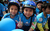 Đội mũ bảo hiểm trẻ em – trách nhiệm của người lớn