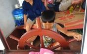 Thót tim bé 10 tuổi lái tàu chở khách đi khắp hồ Thung Nai