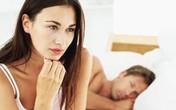 """Lầm lũi """"tự xử"""" khi nằm bên chồng"""