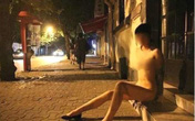 """Kiều nữ """"khỏa thân"""" giữa phố bị cảnh sát truy lùng"""