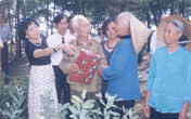 Đại tướng Võ Nguyên Giáp với những người dân quê nhà