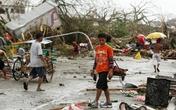 Cha bất lực nhìn bão Haiyan cuốn con đi