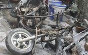 Đổ xăng gần bếp lửa, xe máy bị thiêu rụi