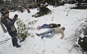 Khách du lịch đổ xô lên Sa Pa trong tuyết trắng