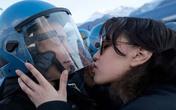 Cô gái xinh đẹp bị khởi tố tội tấn công tình dục vì dám… hôn mũ nam cảnh sát