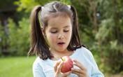 Sai lầm nghiêm trọng của mẹ khi cho con uống nước hoa quả