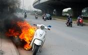 Xe Attila cháy ngùn ngụt giữa đường