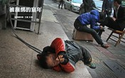 Cảm động cảnh cha phải trói con 4 tuổi bên lề đường