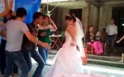 """Cô dâu """"lắc"""" nhạc sàn cực sung ở đám cưới quê"""