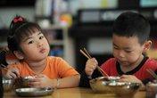 Thời điểm chuẩn tập ăn cơm cho bé