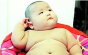 """Bé trai """"khổng lồ"""" 8 tháng tuổi nặng hơn 17,5kg"""