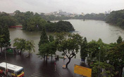 Phố cổ Hà Nội 'thành sông' sau mưa lớn