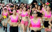 Nam thanh nữ tú tự tin mặc áo lót hồng chạy bộ trên đường