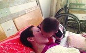 Cảm động bé 2 tuổi hàng ngày mớm cơm cho mẹ