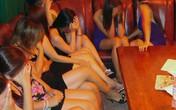 Gái mại dâm cởi hết quần áo ăn vạ Trưởng CA