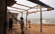 Dân Quảng Bình dỡ nhà tránh siêu bão Haiyan