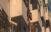 Nghẹt thở chứng kiến cảnh giải cứu cô gái đòi nhảy lầu tự tử