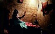 """Cuộc sống trần trụi bên trong """"xóm nhà thổ"""" của những cô gái hành nghề mại dâm"""