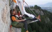 """""""Thót tim"""" với thú cắm trại trên vách núi"""