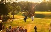 Cặp đôi cô dâu, chú rể đi dây cáp đến hôn lễ