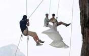 Cặp đôi cheo leo trên vách đá để chụp ảnh cưới