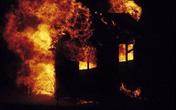 Bức xúc với vợ mà không làm gì được, tự tay tưới xăng đốt nhà