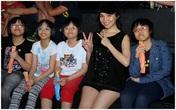 Hiền Thục xì-tin bên chị em sinh tư của The Voice Kids