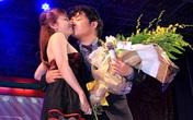 Quang Lê tặng fan nữ một nụ hôn ngọt ngào trên sân khấu