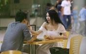 Ngọc Trinh âu yếm đút cho Vũ Khắc Tiệp ăn ở sân bay