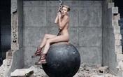 Miley Cyrus khỏa thân uốn éo bên sợi xích như phim khiêu dâm