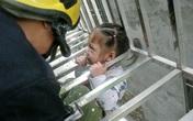"""Hãi hùng bố mẹ đi làm con 3 tuổi """"treo cổ"""" trên tầng 4"""