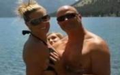 Tung ảnh bị bạn trai 'bóp ngực', nữ huấn luận viên bị sa thải
