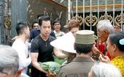 Hàng trăm người chờ Ngọc Sơn phát gạo, tiền mừng sinh nhật