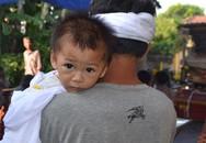 Bé 8 tháng khát sữa trong đại tang bố mẹ và anh trai