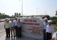 Gắn biển công trình cầu Cửa Đại nối đôi bờ sông Thu Bồn