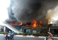 Cả dãy trọ cháy dữ dội, 2 cảnh sát bị thương