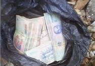 Cảnh sát giao thông tìm chủ nhân bọc tiền lớn rơi trên đường