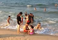 Người dân đổ xô đi tắm biển sau khi có kết luận an toàn