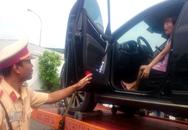 CSGT cẩu ôtô cùng nữ tài xế về trạm lập biên bản