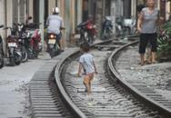 """Hoảng hồn nhìn trẻ con """"xóm đường tàu"""" chơi ở đường ray"""