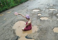 Người mẫu Thái tắm giữa ổ gà để phản đối con đường lầy lội