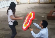 Cô gái tức giận bỏ đi khi được cầu hôn bằng... vòng hoa