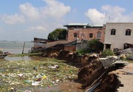 Sạt lở đất khiến hàng loạt nhà dân sụp xuống sông ở miền Tây