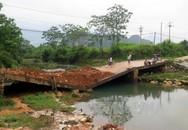 Hiểm họa rình rập trong mùa lũ từ cây cầu gãy