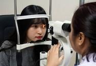 Đeo kính áp tròng có nguy cơ nhiễm trùng và biến chứng cao