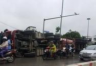 Xe bồn lật nghiêng trên phố Hà Nội, giao thông ùn ứ nhiều giờ