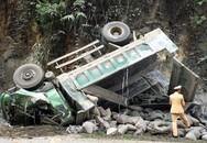 Ôtô lao vào vách núi ở Hòa Bình, tài xế tử vong kẹt trong cabin