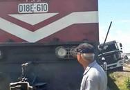 Chết máy trên đường sắt, ô tô tải bị tàu hất văng cả chục mét