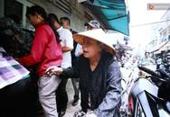 """Lợi dụng đông người, nhiều khách tranh lấy cua dì Ba nhưng """"quên"""" trả tiền"""